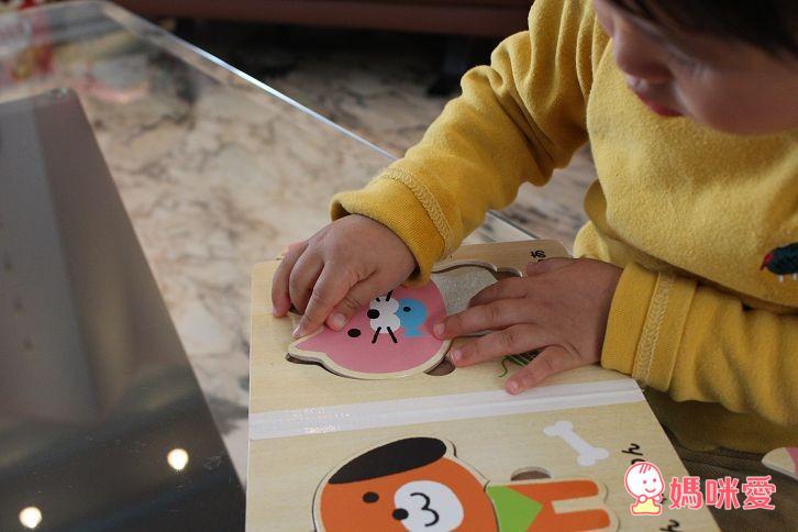 日本製的【木質拼圖書】,是很適合這年紀寶寶的玩具哦!這款拼圖書在日本、台灣都很夯、詢問度也很高,已經加開好幾團啦