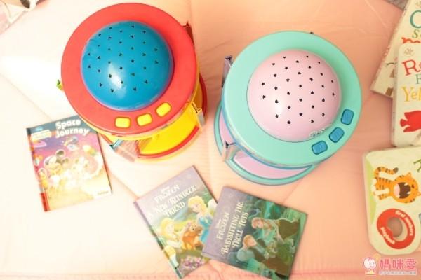 迪士尼小童舒眠玩具,結合旋轉音樂盒 + 小夜燈 + 5 本故事書的三合一功能,配合輕柔的伴奏,閱讀時播放很有氣氛,也能當舒眠音樂喔!現在買二件就能免運費!當今年的聖誕禮物剛剛好♥