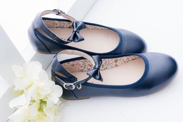 娃娃鞋款採用高級柔軟皮料,而且和身體接觸的內層加入真皮製作, 穿起來好搭又好走~