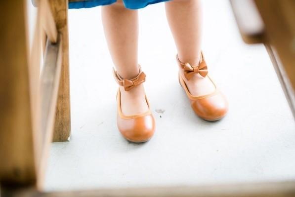 拿掉蝴蝶結一樣很好看吧!因為腳踝有細細綁帶,看起來很有氣質,而且走路也不容易掉喔!