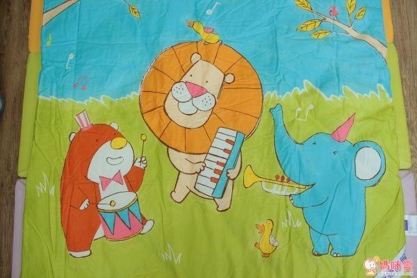 ☟四季被☟這款被子比上款稍微薄一點點,不過依然是冬天適用的保暖度,而且很透氣,蓋著不會厚重,夏天也習慣在冷氣房裹棉報睡的小朋友也可以選這款喔!圖案都是可愛小動物,是男女寶都適合的花色♫