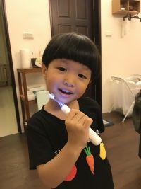 日本 Combi teteo 幼童電動牙刷 ✕ 牙膏 東京齒科大學共同開發,寶貝長第一顆牙就可以使用! by Ching Mei Chen